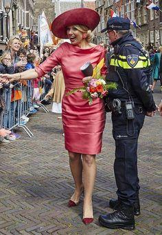 Fashion-Looks: Im dezent pinken Seiden-Kleid begeistert Königin Máxima ihre Fans und Untertanen am Königstag in Dordrecht.