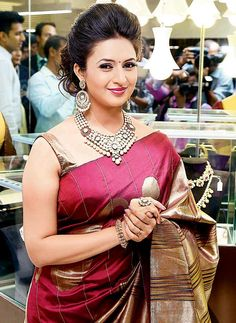 Divyanka Tripathi made for a stunning Sri Lankan bride in this spectacular bridal couture shoot. Divyanka Tripathi can be seen in Nach Baliye 8 Beautiful Girl Indian, Most Beautiful Indian Actress, Beautiful Saree, Beauty Full Girl, Beauty Women, Divyanka Tripathi Saree, Saree Hairstyles, Modern Saree, Indian Gowns