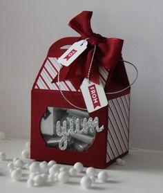 Das Designerpapier Fröhliche Feiertage von Stampin'  Up! lässt die Geschenkbox…