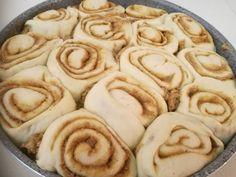 Ρολάκια κανέλας νηστίσιμα! | Sokolatomania Sokolatomania Vegan Recipes, Cooking Recipes, Yummy Cakes, Apple Pie, Food Porn, Food And Drink, Sweets, Cookies, Desserts