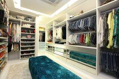 Closets maravilhosos.  Edifício Jardim Atlântico https://www.homify.com.br/livros_de_ideias/31955/6-closets-para-morrer-de-inveja
