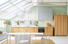 Le défi dans cette pièce de vie ouverte ? Fusionner intelligemment la cuisine et le séjour (METOD/HYTTAN KEUKEN)