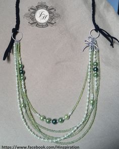 Lange Halskette - Oben geflochtenes Leder, unten fünf Reihen mit Perlen und einem Libellen-Anhänger.