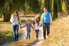 32315691-Big-happy-family-walking-on-the-road-in-the-park-Father-mother-son-daughter-and-baby-holding-hands-a-Stock-Photo.jpg (1300×866)