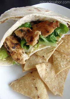 Sándwich de pan pita con hummus, pechuga de pollo y lechuga. Buenísimo como comida o cena ligera, pruebalo, te va a encantar.