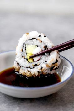 California Roll + Spicy California Roll – カ リ フ ォ ル ニ ア ロ ー ル – Alimentos y bebidas en escabeche de ciruela - Sushi Casero 2020 Spicy California Roll, California Roll Recipes, How To Make California Rolls, Cooking Sushi, Cooking Recipes, Sushi Food, Sushi Sushi, Sushi Roll Recipes, Cooked Sushi Recipes