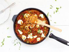 Spagettivuoka on arkiruokaa parhaimmillaan. Maukas tuorejuustokuorrute tekee spagetista erityisen herkullisen pienellä vaivalla.