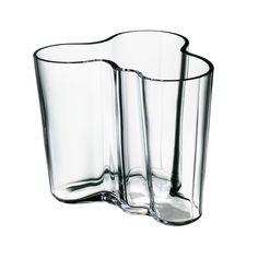 Il vaso Aalto di Ittala risale al 1936 ed è stato presentato alla Fiera Mondiale di Parigi l'anno successivo. La sua forma fluida e organica è composta da tre strati di vetro soffiati a mano. Ci vuole una squadra di sette esperti artigiani che lavorano all'unisono per creare un vaso Aalto ormai un'icona moderna del design. Alvar Aalto è senza dubbio uno dei più grandi nomi del Design Scandinavo. Come un vero pezzo di arredamento il vaso per piante o fiori diventa sempre di più un...
