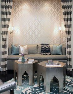 Los colores blanco, negro y plata han sustituido a los colores vivos en este chill out de estilo arabe.
