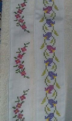 This Pin was discovered by Sib Crochet Borders, Cross Stitch Borders, Crochet Flower Patterns, Cross Stitch Flowers, Cross Stitch Designs, Cross Stitching, Cross Stitch Embroidery, Hand Embroidery, Cross Stitch Patterns
