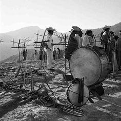 Instrumentos musicales y espectadores en Tlahuitoltepec, 1955.  Fotografia de: Juan Rulfo