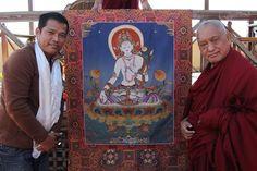 Lama Zopa Rinpoche devant un Tangka de White Tara et l'artiste qui l'a créé