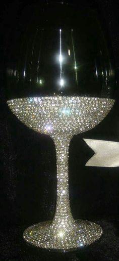 Aplicação de strass em taça de vinho. #ldicristais www.ldicristais.com.br