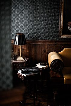 8 Ideas To Apply Wainscoting For More Textural Wall Decor - About-Ruth Amber Interiors, Dark Interiors, Hotel Interiors, Club Style, Men's Style, Hotel Providence Paris, Interior Paint, Interior Decorating, Interior Design