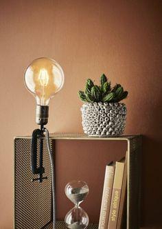 Home Design z Pakamera. Diy Hanging, Hanging Planters, Clamp Lamp, Natural Bath Bombs, Masonry Wall, Comfortable Pillows, Display Shelves, Decoration, Wall Lights