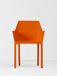Christophe Pillet, designer, architecte, scénographe français nous présente Mem Chair, une chaise indoor / outdoor réinterprétant la chaise monobloc blanche classique de nos terrasses. #design #produit #chaise #chair #product #orange