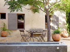Les demeures provençales, qu'elles soient au bord d'une mer d'azur ou à flan de collines, font toujours autant rêver. De ces mas et bastides se dégage une atmosphère de vacances, chaleureuse et authentique.