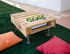 Recycled Pallet coffe table for outdoors with planter #DIY +++ Manualidad bricolage mesa de cafe para exterior de palet y jardinera Pallet Crates, Wood Pallets, Pallet Projects, Home Projects, Crate Furniture, Creative Storage, Furniture Inspiration, Decoration, Nature
