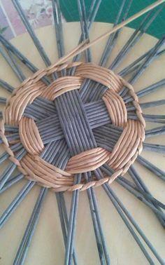 Фотография Paper Basket Weaving, Basket Weaving Patterns, Willow Weaving, Weaving Art, Loom Weaving, Hand Weaving, Newspaper Basket, Newspaper Crafts, Recycle Newspaper