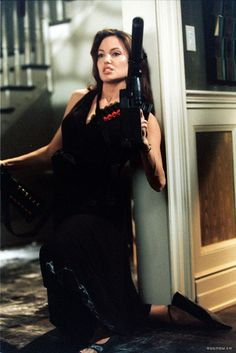 Smith : Movie still & Promotional - Mr Mrs Smith Movie Still 01 - Angelina Jolie Photo Mr And Mrs Smith, Veronica, Angelina Jolie Fotos, Gangster Girl, Bad Girl Aesthetic, Porno, Action Poses, Film Serie, Charlize Theron