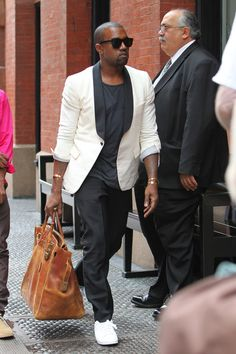 Yaaaasssssssssssss, Yeezy. You carry that purse like a real man!!!! {I heart Kanye. he can do no wrong in my eyes}
