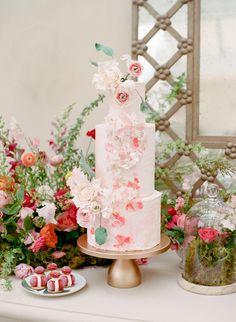All White Wedding, White Wedding Cakes, Elegant Wedding Cakes, Luxury Wedding Cake Design, Wedding Cake Designs, Botanical Wedding Theme, Wedding Bouquets, Wedding Flowers, Wedding Cake Display