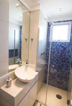 Banheiro branco com pastilha degradê azul! Arquiteta Andrea Seabra