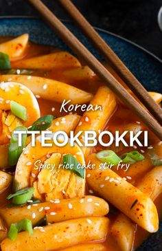 Korean Tteokbokki – A super popular street food dish in Korea, thanks to a handful of superstar ingredients. This fiery tteokbokki recipe features mouthwatering Korean chilli flakes, gochujang spice paste and dashi stock, smothered over chewy rice cakes. Rice Cake Recipes, Rice Cakes, Asian Recipes, Mexican Food Recipes, Vegan Recipes Korean, Vegan Korean Food, South Korean Food, Asian Desserts, Korean Side Dishes