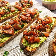 Tartar de atún sobre tostada de aguacate Tuna Recipes, Clean Eating Recipes, Baby Food Recipes, Seafood Recipes, Appetizer Recipes, Cooking Recipes, Healthy Recipes, Appetizers, Tuna Tartar