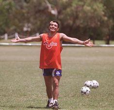 Tu sonrisa iluminada y tus brazos abiertos...Y verte mas que nada! Argentina Football, Diego Armando, Rey, Running Shoes, Soccer, Sports, Open Arms, Smile, Fotografia