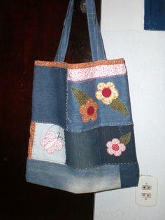 Ecobag em jeans,pespontada em azul, aplicação de flores bordadas a mão.Forrada em algodão crú e com bolsa interna para celular Tempo para produção 12 dias por ser bordada a mão. R$60,00