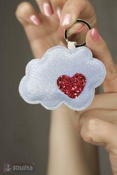 Verliebt auf Wolke 7? Schwebe mit deiner Liebe ganz entspannt durch den Tag. #wolke #7 #herz #glitzer #liebe #verliebt #schlüssel #geschenkidee #wetter #2018 #etsy #paarfekt #gefühle #valentinstag #etsyde #handgefertigt