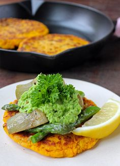 Sweet Potato Cakes with Pea Puree Veggie Desserts Best Vegan Recipes, Great Recipes, Vegetarian Recipes, Dinner Recipes, Healthy Recipes, Veggie Recipes, Savoury Recipes, Healthy Foods, Potato Cakes