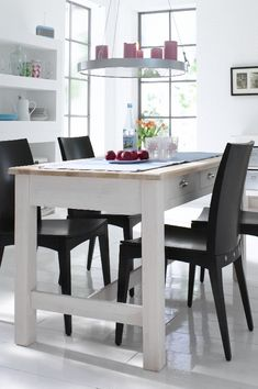 Der Tisch aus massiver Erle hat drei durchgängige Schubladen. Wir bieten den Tisch in unterschiedlichen Maßen an. Geliefert wird der Tisch zerlegt. Die Tische bieten wir unbehandelt, farblos oder weiß lasiert an. (Griffe im Lieferumfang nicht enthalten) ab 699,00 Euro