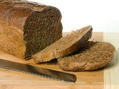 """Low Carb oder Eiweißbrot Wie die meisten Deutschen liebe ich Brot! Diese kohlenhydratreiche Leckerei zählt in Deutschland zu den Grundnahrungsmitteln und wie viele möchte ich nicht darauf verzichten. Der Trend """"Low Carb"""" rät von vielen Kohlenhydrate allerdings ab und macht diese mit verantwortlich für Fettpölsterchen. Eine gute Alternative bietet da Eiweißbrot. http://einfach-schnell-gesund-vegan.de/low-carb-oder-eiweissbrot/:"""