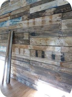 Murs en palette - recycled palette wood for the walls. Pallet Walls, Wooden Walls, Pallet Furniture, Wooden Accent Wall, Wood Wall Design, Palette Wall, Rama Seca, Modern Rustic Homes, Restaurant Concept