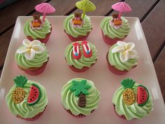 luau cupcakes, thinking of having a luau for Lucia's First Birthday:) Hawaii Cupcakes, Disney Cupcakes, Cupcake Party, Cupcake Cakes, Cupcake Ideas, Muffins Decorados, Hawaian Party, Luau Theme Party, Luau Birthday