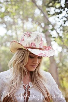 This beautiful cowgirl hat features a dusty rose print. Great for a day of riding, or a night at the rodeo!