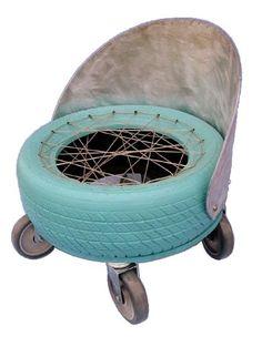 Poltrona. Materiais: pneu, madeira reaproveitada, zinco, cabo de aço, rodízios, tinta esmalte. Mesinha de canto. Materiais: balde, madeira ...