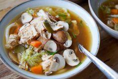 Eine asiatische Hühnersuppe mit Nudeln ist einfach unglaublich lecker. Und da der liebste Schwabe mit einer Sommergrippe zu kämpfen hatte, war diese Suppe die erste Wahl. Sie ist voller Umami-Zaube…