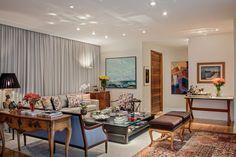 Com espaços integrados e fazendo uso de uma alegre paleta de cores, esta residência em Campinas privilegia o convívio entre o casal e seus amigos. Projeto Paula Pilla e Raquel Mansur Ruiz.
