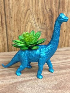 Blauwe glitter dinosaurus - Hit op Etsy: beestachtige bloempotten | ELLE Decoration NL