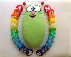 Esse é o Bichinho Diferente! Um bichinho com todas as letras do alfabeto, para serem trabalhadas com as crianças de uma forma bem divertida. O corpinho é de tecido. e as patinhas são em feltro. Ele tem entre 30 a 35cm de comprimento. Baby Crafts, Felt Crafts, Crafts For Kids, Baby Applique, Non Toy Gifts, Quiet Book Patterns, Felt Books, Fabric Toys, Homemade Toys