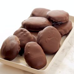 are the BEST Keto Peanut Butter Chocolate Eggs! Perfect Keto and Low carb Easter Dessert! Sugar Free Chocolate, Chocolate Peanuts, Homemade Chocolate, Easter Chocolate, Peanut Butter Eggs, Chocolate Peanut Butter, Peanut Butter On Keto, Candy Recipes, Dessert Recipes