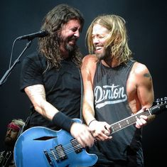 Dave Grohl and Taylor Hawkins Foo Fighters Dave Grohl, Foo Fighters Nirvana, Chris Shiflett, Nirvana Lyrics, Taylor Hawkins, Gay, Rockn Roll, Rock Legends, Gibson Les Paul
