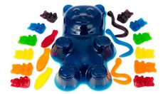 How to Make a Giant Gummy Bear and other Gummy Candy from Cookies Cupcakes and Cardio. Learn how to make giant gummy bears, gummy worms, gummy fish and other gummy candy with the Nostalgia Electrics Gummy Candy Maker. Gummy Bear Cakes, Cookies Cupcakes And Cardio, Cupcake Cookies, Homemade Candies, Homemade Desserts, Cake Pops Image, Making Gummy Bears, Fudge, Gummi Candy