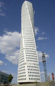 スウェーデン・マルメの「ターニング・トルソ」。建物がねじれたような形状になっている高層マンションだ(2005年08月27日) 【EPA=時事】