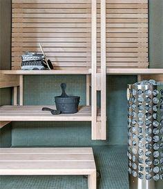 Sauna, Skammin talo, Asuntomessut 2014--- 5. Skammin saunassa himmeän vihreä mosaiikkilaatta jatkuu myös seinien verhona. Puuta on käytetty harkiten. Ripustetut lauteet ovat talon arkkitehdin käsialaa. Skammin talo, kohde 23.