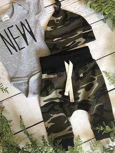 Newborn Boy Take Home Outfit / Newborn Boy Coming Home Outfit / Newborn Camo Outfit // Camo Clothing Set // Preemie Clothes Boy // Comfy, buttery soft camoflauge knit fabric sewn into comfortable knit leggings and an adorable top knot hat. Leggings have no tight elastic, but rather a yoga