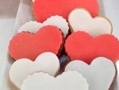 Τα πιο αγαπησιάρικα κουλουράκια για εσάς και τους αγαπημένους σας. Wedding Cakes, Food And Drink, Tray, Sugar, Cookies, Cup Cakes, Desserts, Recipes, Crack Crackers